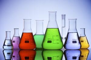 grupo de frascos de laboratorio con líquido de color en el interior